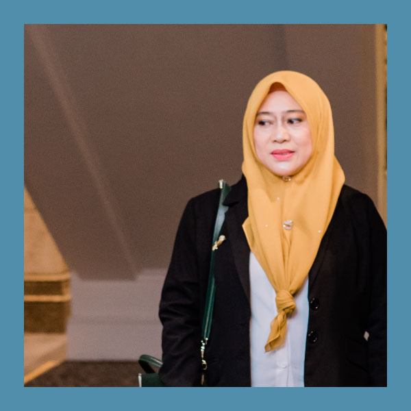 Kamisah binti Mohd Khamis (1ST RUNNER UP)  SMK Taman Ria Tuaran, Sabah    Kamisah binti Mohd Khamis is a teacher from SMK Taman Ria Tuaran. She describes herself as someone who prioritizes fun in the classroom. She believes teachers should be generous in praising their students, as such act instills confidence in students to succeed in school. Space and opportunity are essential in order for her students to learn new skills.    She also highly believes that the Frog VLE, modern classrooms, e-folios and other exciting learning and facilitating methods help students enjoy learning. Her goal is to continue acting as a facilitator that grooms and teaches using 21st century learning skills.      Student Empowerment   Through the Digital Folio (eFolio) project-based learning, students are able to choose their own topic and create their own digital content. At the end of the project, her students have the chance to present their ideas based on their topic research. Students have the power to vote the best project and presenter. All the content are uploaded on the Site Repository and can now be accessed through FrogStore.  By using model creation, students create models using plasticine to enhance their understanding on computer science subjects.  Empowering students to create content for their project is not an easy task. As a teacher, Kamisah always makes sure her students have the knowledge to credit the source of the content.