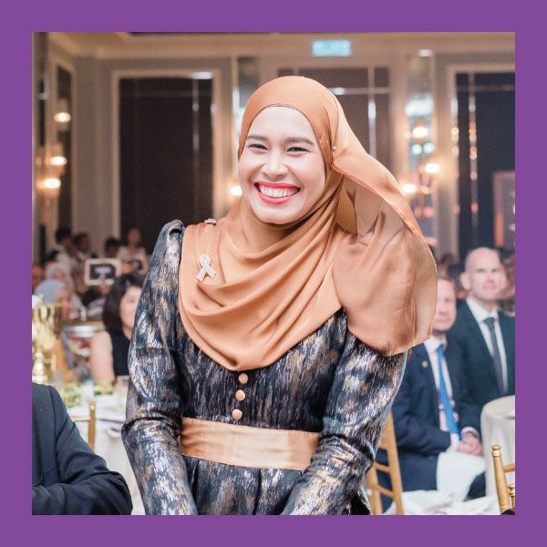 Marziean binti Mohd Shapian (MOST INNOVATIVE TEACHER)  SMK Bandar Baru Salak Tinggi, Selangor    The    Teknologi Komunikasi dan Maklumat  (TMK) subject is very technical and information-heavy. Knowing this, Marziean bt. Mohd Shapian from SMK Bandar Baru Salak Tinggi uses innovative teaching methods instead of the usual instructional method to teach her lessons.   Cikgu Marziean combines self-access learning methods and technology to help students access information and share knowledge efficiently. For example, in one of her lessons, students had to analyse videos, pictures and mind maps on a Frog VLE site, discuss and find additional information. At the end of the lesson, students shared with and learned from other groups. Her method of Analyse, Discuss and Share helps students learn technical terms and process information with greater ease.
