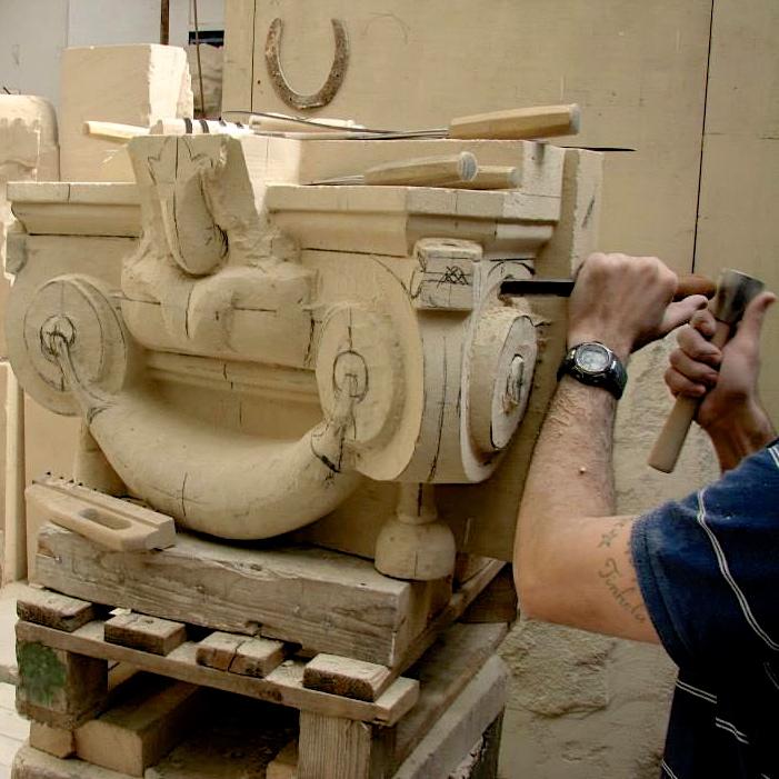 Restitution des chapiteaux en pierre neuve.