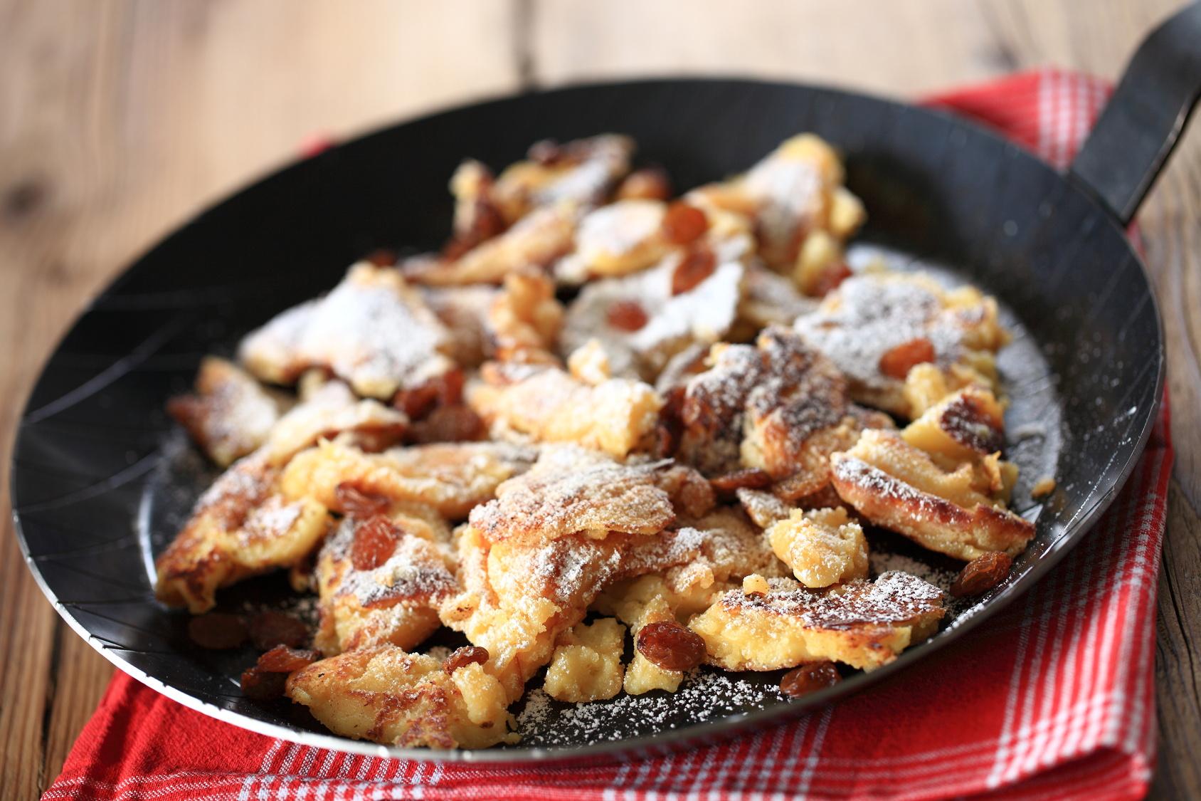 KAISERSCHMARRNMIT ÄPFELN   Braten Sie Ihre Äpfel und Rosinen mit Butter und einem Löffelchen BACKOFEN Zuckerle an, bis es  anfängt, leicht zu karamellisieren. Jetzt wie gewohnt mit dem Teig übergießen, braten, wenden und dann klein zupfen. Auf den Teller geben und noch warm mit BACKOFEN Zuckerle überstreuen.