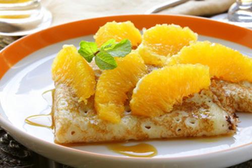 Orangentraum zu Crêpe   2 EL Butter in einer Pfanne mit 1 El braunem Zucker leicht karamellisieren, mit dem Saft von 2 Orangen ablöschen und einkochen, bis sich das Karamell gelöst hat. Nun 2 EL Backofen-Konfitüre und 1 geschälte Orange, in dünne Scheiben geschnitten, dazugeben und das Ganze unter Rühren sämig einkochen. Schlagen Sie nun einen Becher Sahne mit einer Messerspitze Bourbon-Vanille auf. Nun geben Sie in die Mitte Ihres dünn gebratenen Crêpe 1–2 EL des Orangentraums, zusammenfalten und dazu die Vanille-Sahne reichen.