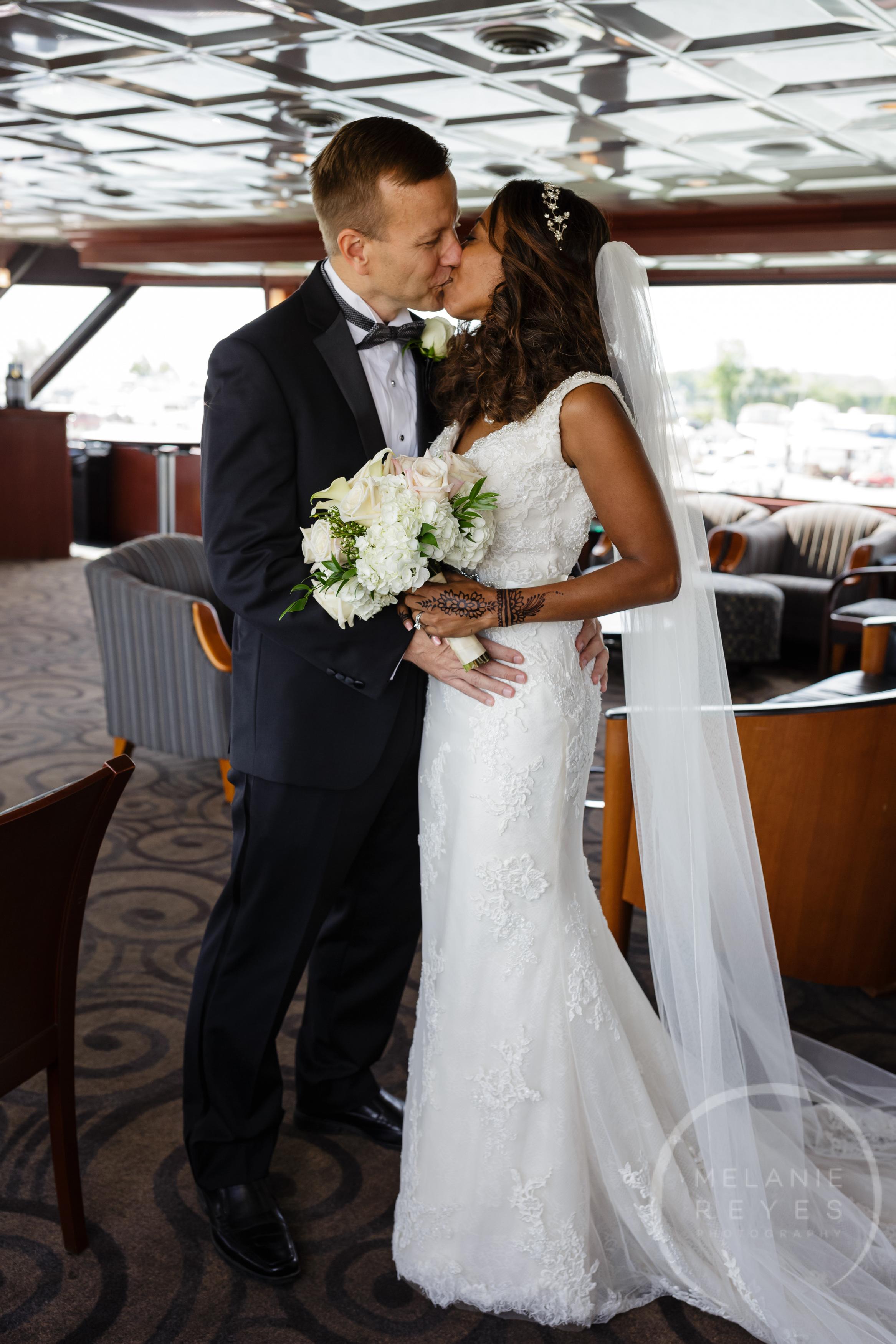 infinity_ovation_yacht_wedding_detroit_melaniereyes3.jpg