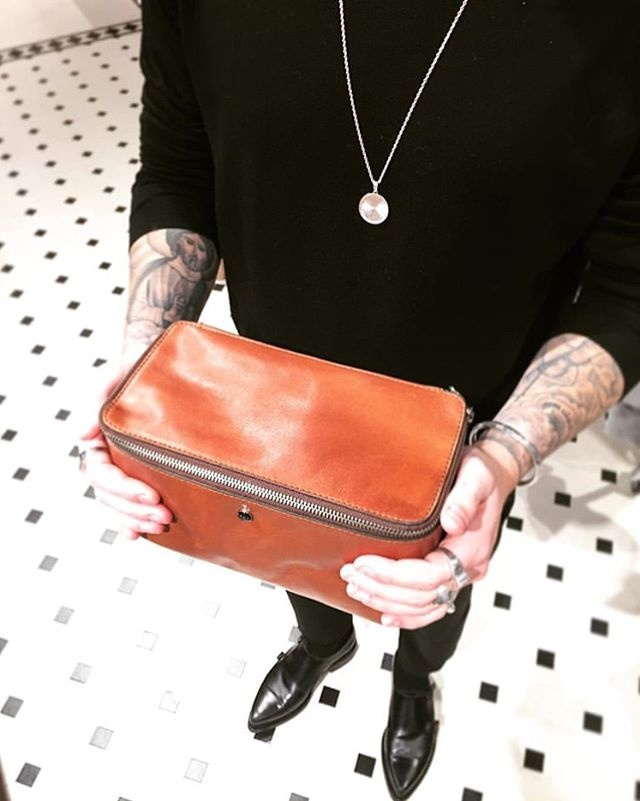 Wash bag Palmqvist in high quality leather fits everything you need in your daily beauty routine - perfect when traveling. (Photo cred @voltkalmar)