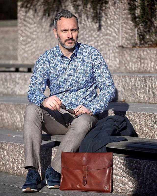 @nordstrom74 is enjoying the sun during his lunch break with our computer case Jarl. 🌞 Available in brown and black on our website.