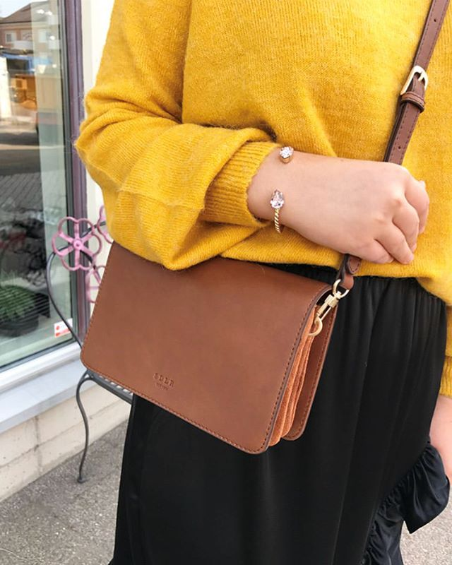The color yellow makes us happy, just like our crossbody bag Narvik does 💛 (Photo cred @ejesbyejes)