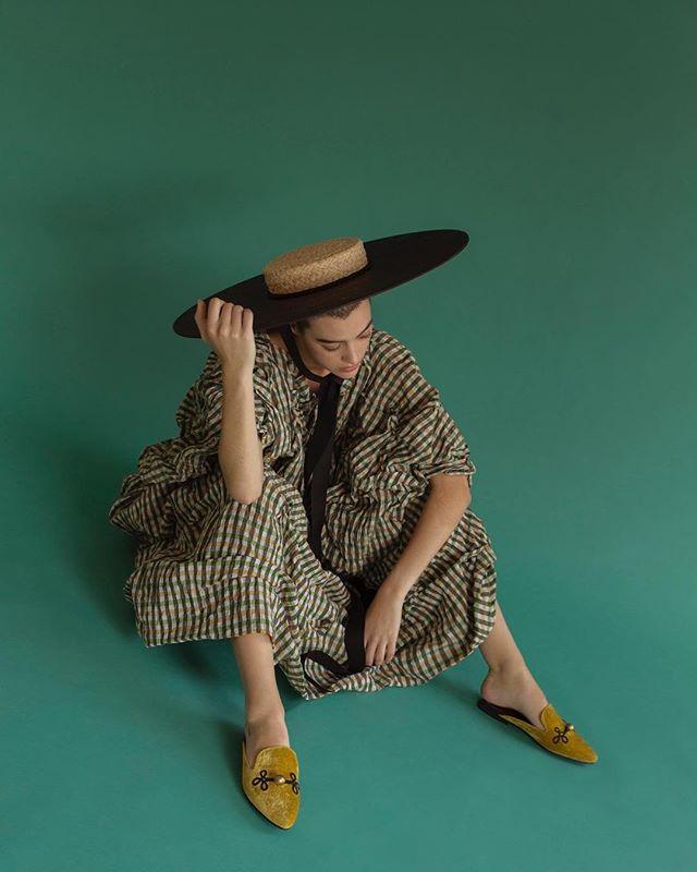 yes, we know its monday. #repost from: @veinmagazine @isisrodriguez_stylist @patriciabonet @ainafaro . . . . . . . . . . #fashionshoot #fashionphotography #repostit #repostthis #discoverunder20k #curated #curateyourfeed #fashioneditorial #fashionstyling #fashion #veinmagazine #magazineeditorial #editorialshoot #vergecurates #mondaymood #mondayvibes #greenaesthetic #fallaesthetic #fallvibes #mondays