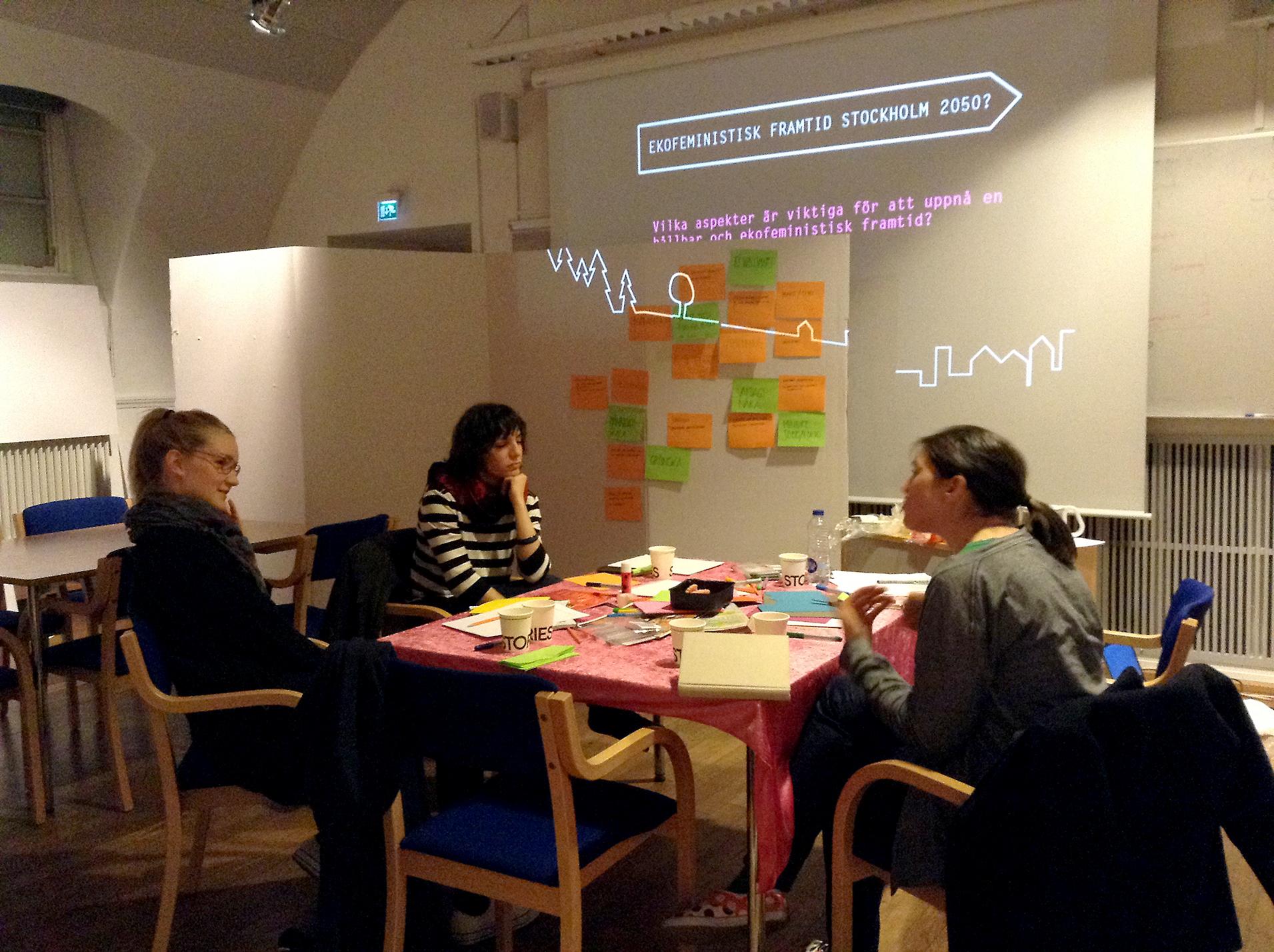 Som i all teoribildning finns det en stor mångfald även inom feministisk teori, här är en bild från en workshop med utgångspunkt från den ekofeministiska teorin.
