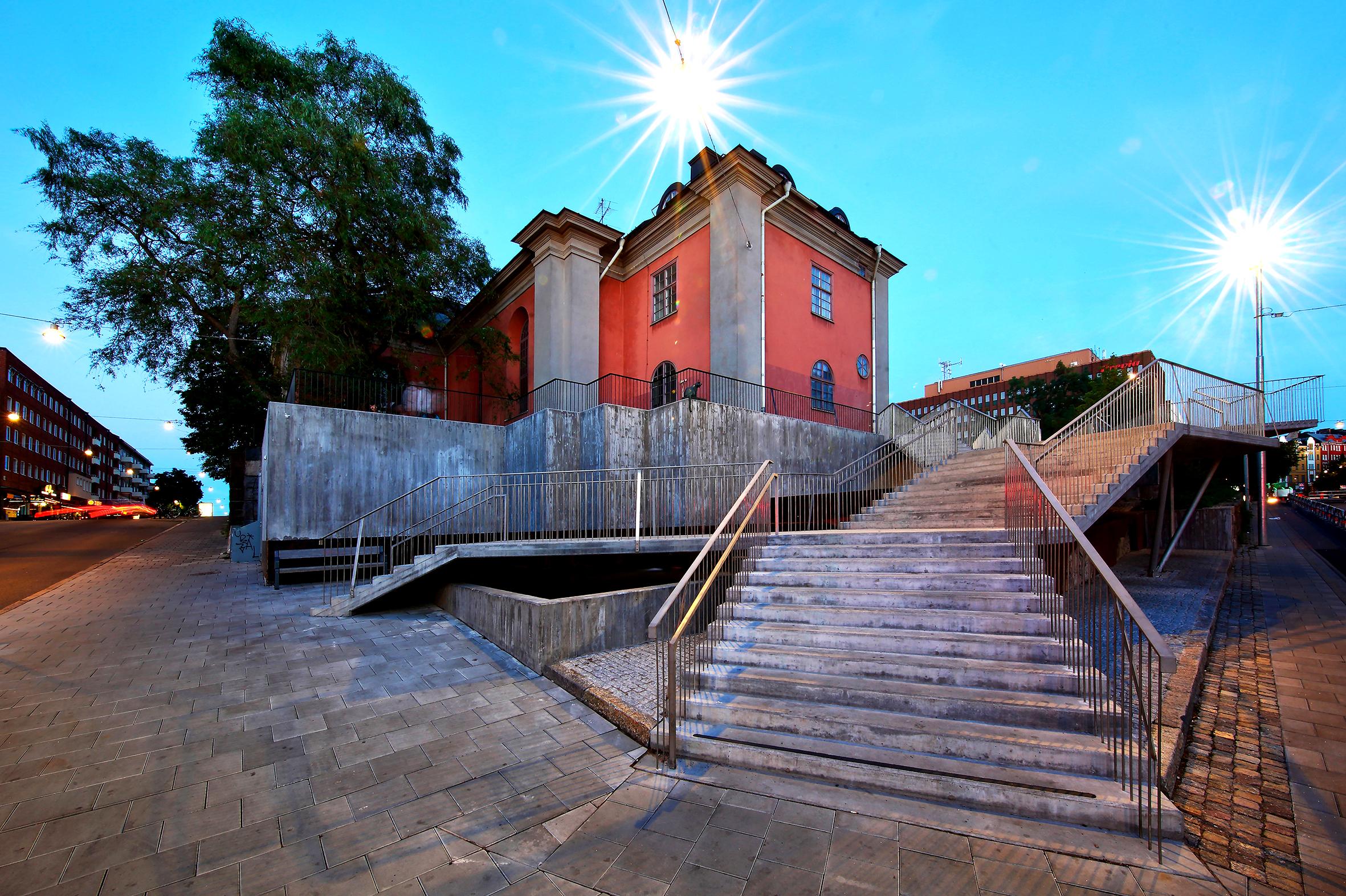 Trappan och murarna är gjutna i platsgjuten betong med brädform. Räckena är utförda av rostfria stålstänger som fäst in separat på antingen sida eller inne i trappan beroende på placering för att ge de olika delarna en variation och tydlighet.