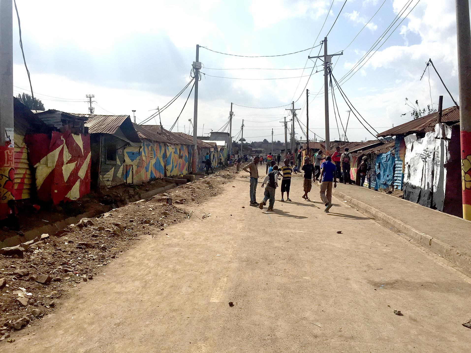 Den informella bosättningen Korogocho ligger i Nairobis nordöstra delar. Under 2012 asfalterades områdets fyra huvudgator som en del av ett slumuppgraderingsprojekt initierat av Kenyas regering.