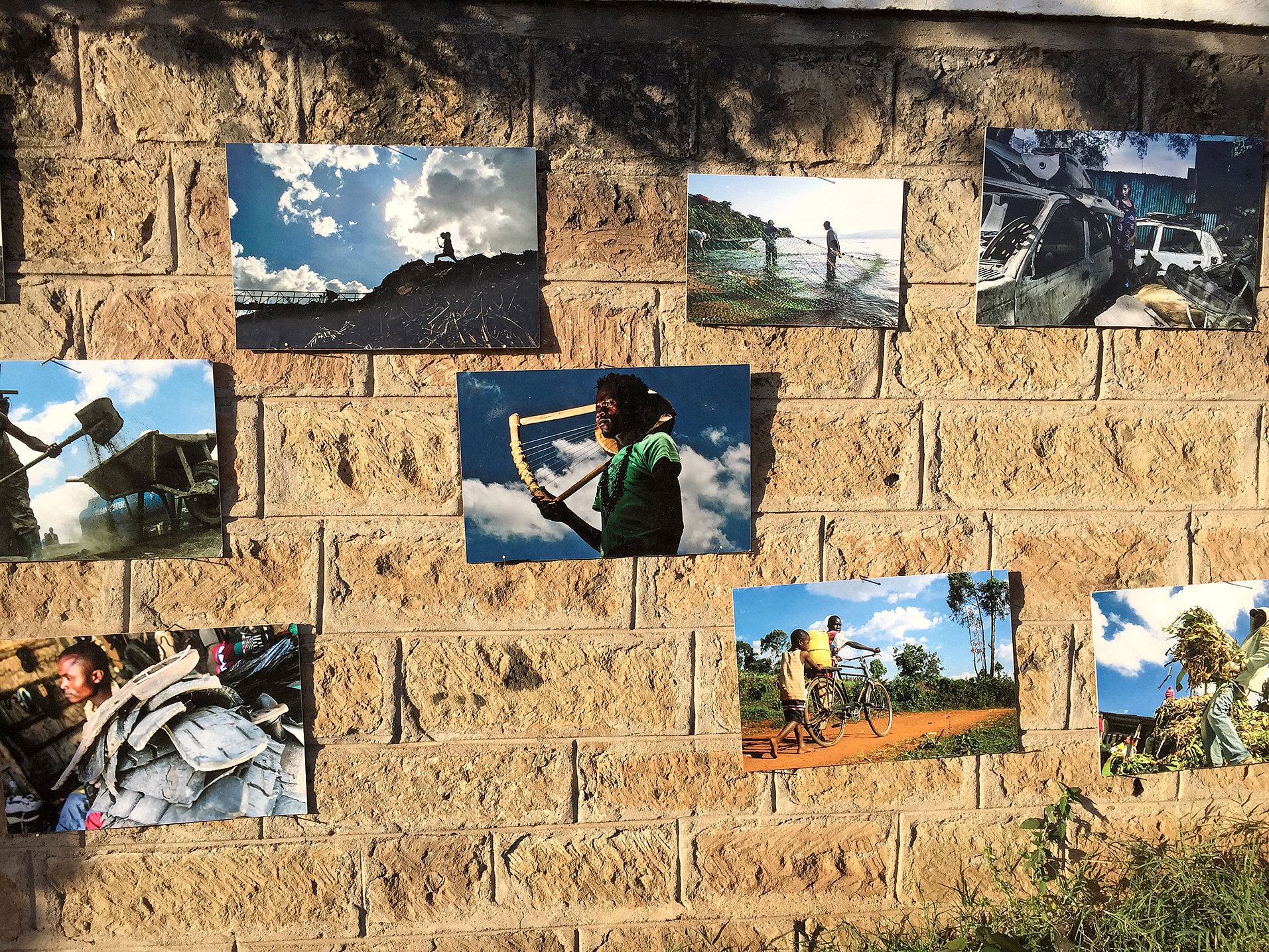 Tillsammans med lokala konstnärer och några av Nairobis största namn inom gatukost, samlas barn och ungdomar från området för att förvandla gatorna till offentliga konstverk.