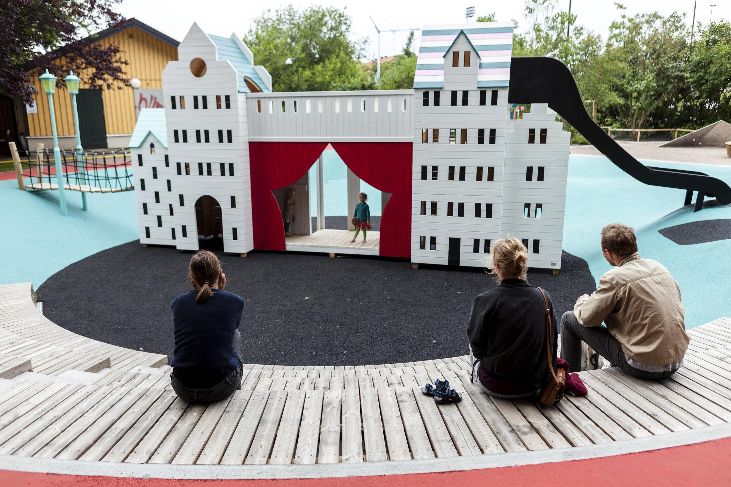 Malmö. Satsningen på unika temalekplatser i Malmö har blivit en stor succe både inom och utanför staden. Målsättningen med temalekplatserna har varit att väcka barnens intresse, nyfikenhet och locka till fysiska aktiviteter och stimulera deras fantasi genom spännande, unika och utmanande lekredskap.(Exempel på radikalt innovativa projekt)