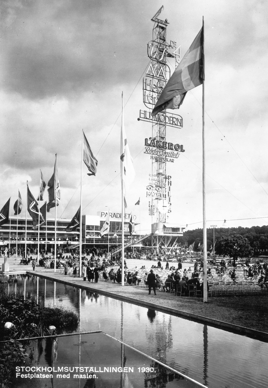 Stockholmsutställningen 1930. Festplatsen med masten. Reklam för bland annat Läkerol.  Länsmuseet Gävleborg