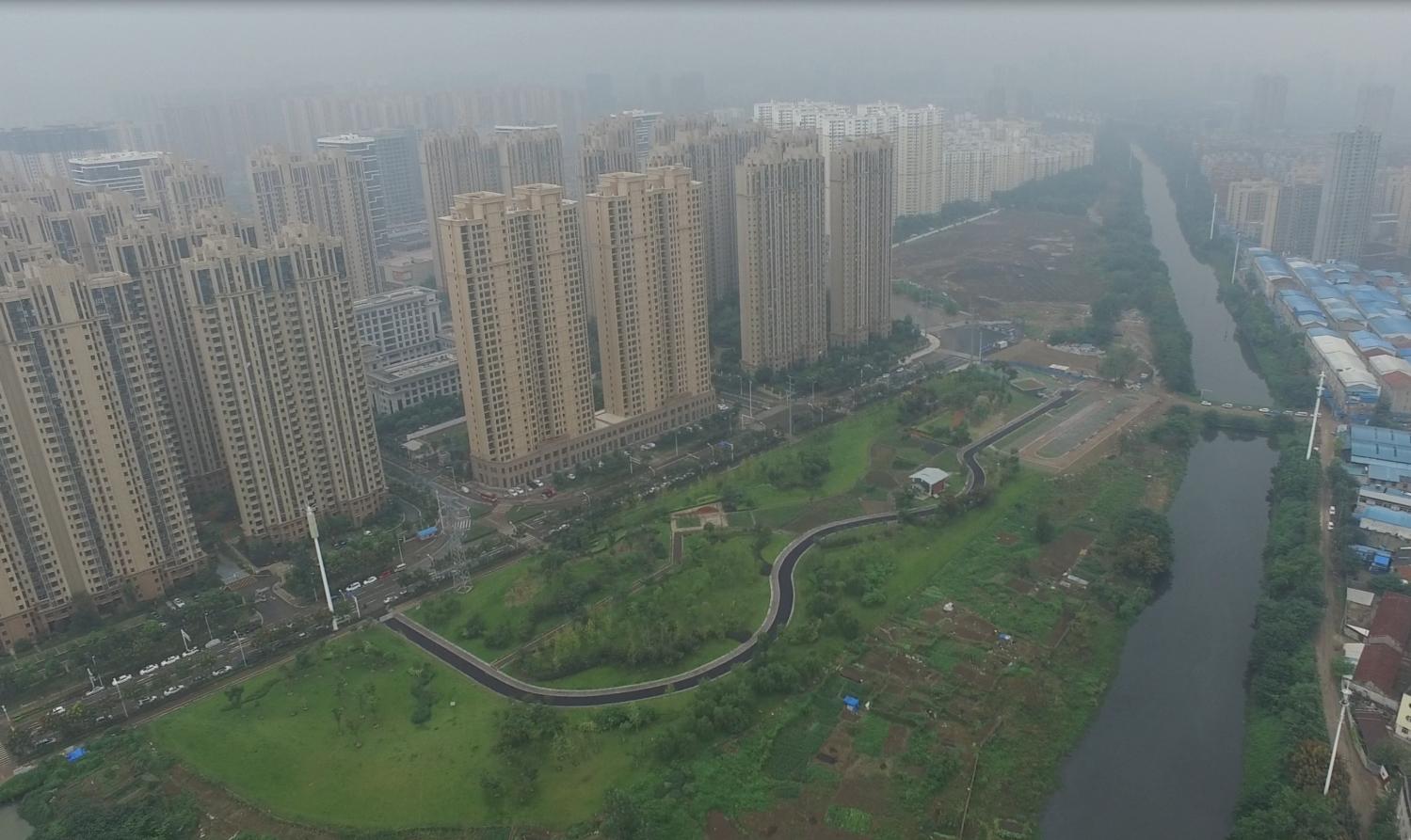 Houhu - storskaligt utbyggnadsområde typiskt för Wuhans utveckling under 2000-talet, med stora kvarter och grupper av skyskrapor.