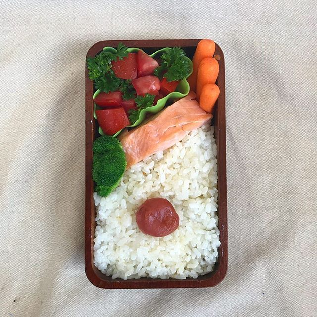 Salmon is certainly one of my favorite foods - there are so many ways to cook it! In today's bento is broccoli, rice, salmon, tomato salad and carrots. I hope you have a great day! . . . . #bento #bentobox #austin #bentolunch #lunch #obento #obentogram #lunch #lunchideas #salmon #fish #japaneselunchbox  #obentobox #bentoideas #bentoboxlunch #弁当 #お弁当 #今日のお弁当 #お弁当記録 #私の弁当 #手作り弁当 #アメリカ人 #おべんとう #お弁当作り #お昼ごはん #自分弁当 #フード #おいしい #オベンタグラム #お弁当作り楽しもう部
