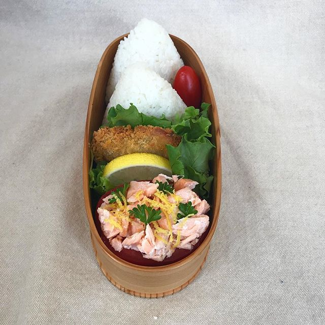I made something a little different today, it's salmon salad in a tomato cup! I mixed salmon with mayo, salt and lemon juice, then sliced a Roma tomato in half and hallowed it out to make the cup. Then I topped the salmon salad with lemon zest and parsley. In today's bento is tuna mayo onigiri, fried fish fillet, a cherry tomato and my salmon salad in a tomato cup. I hope you have a great day! . . . . #bento #bentobox #austin #bentolunch #lunch #obento #obentogram #lunch #lunchideas #salmon #fish #japaneselunchbox #onigiri #obentobox #bentoideas #bentoboxlunch #弁当 #お弁当 #今日のお弁当 #お弁当記録 #私の弁当 #手作り弁当 #アメリカ人 #おべんとう #お弁当作り #お昼ごはん #自分弁当 #フード #おいしい #オベンタグラム #お弁当作り楽しもう部