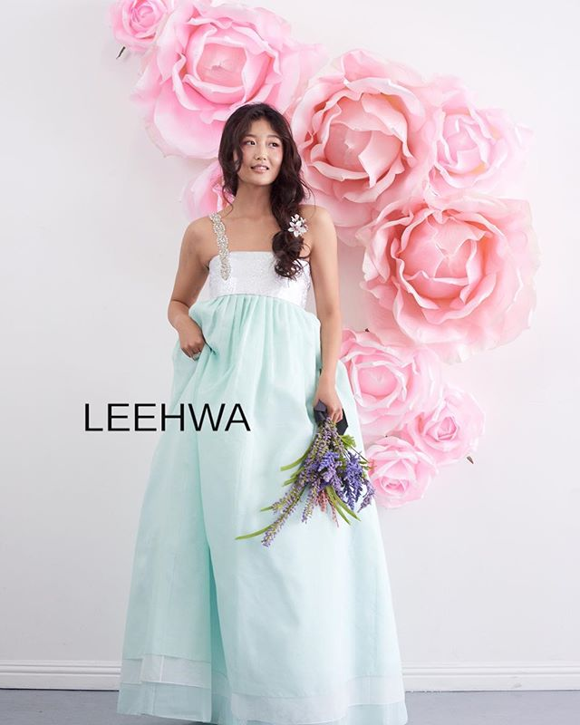 Happy Friday to all our beautiful followers!!! 🥰❤️✨ #LEEHWA #LEEHWAwedding #TGIF