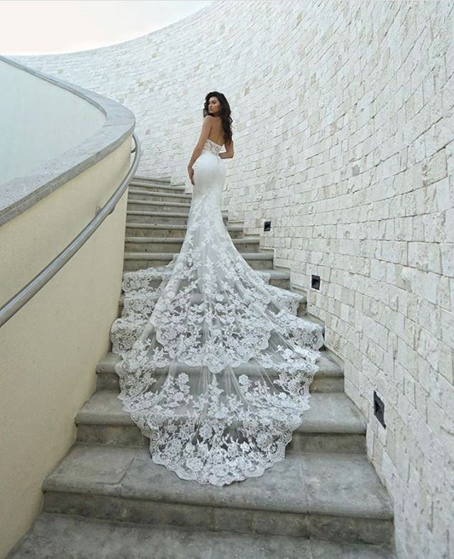 Probably our FAVORITE lace train that we currently have in-store. 😍😍😍Contact us today to try on this gown during our #SAMPLESALE ❣️🥰 #LEEHWA #LEEHWAwedding #ENZOANI