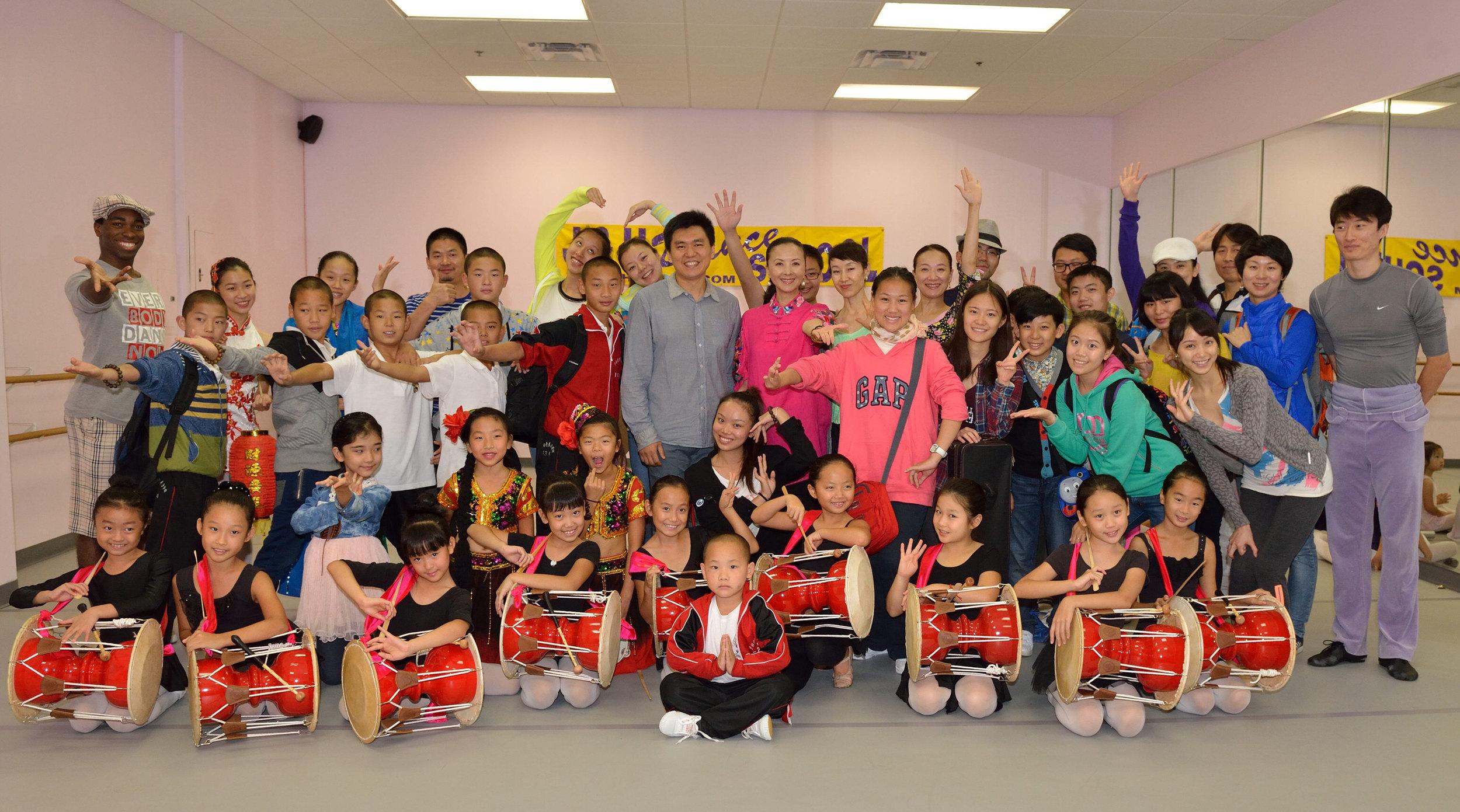 2013年,中华文化大乐园在周洁晓慧舞蹈学校传授朝鲜族长鼓舞,深受华裔小舞者欢迎。(周洁晓慧舞蹈学校提供)