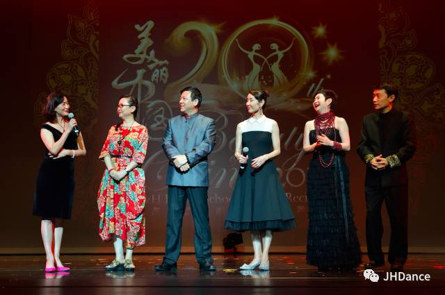 曾經同為東方歌舞團的同事,在舞台上齊聚首,相談甚歡。