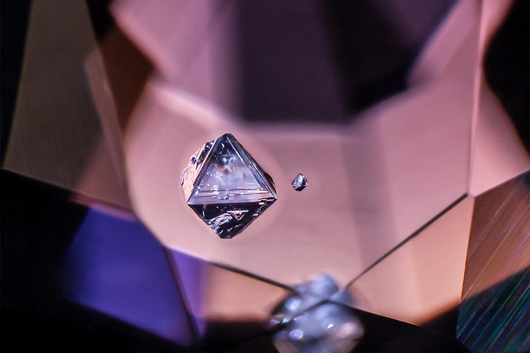 Negative crystal in spinel by @mineralien Vietnam Field of view = 2.9mm • Depth of field = 0.85mm