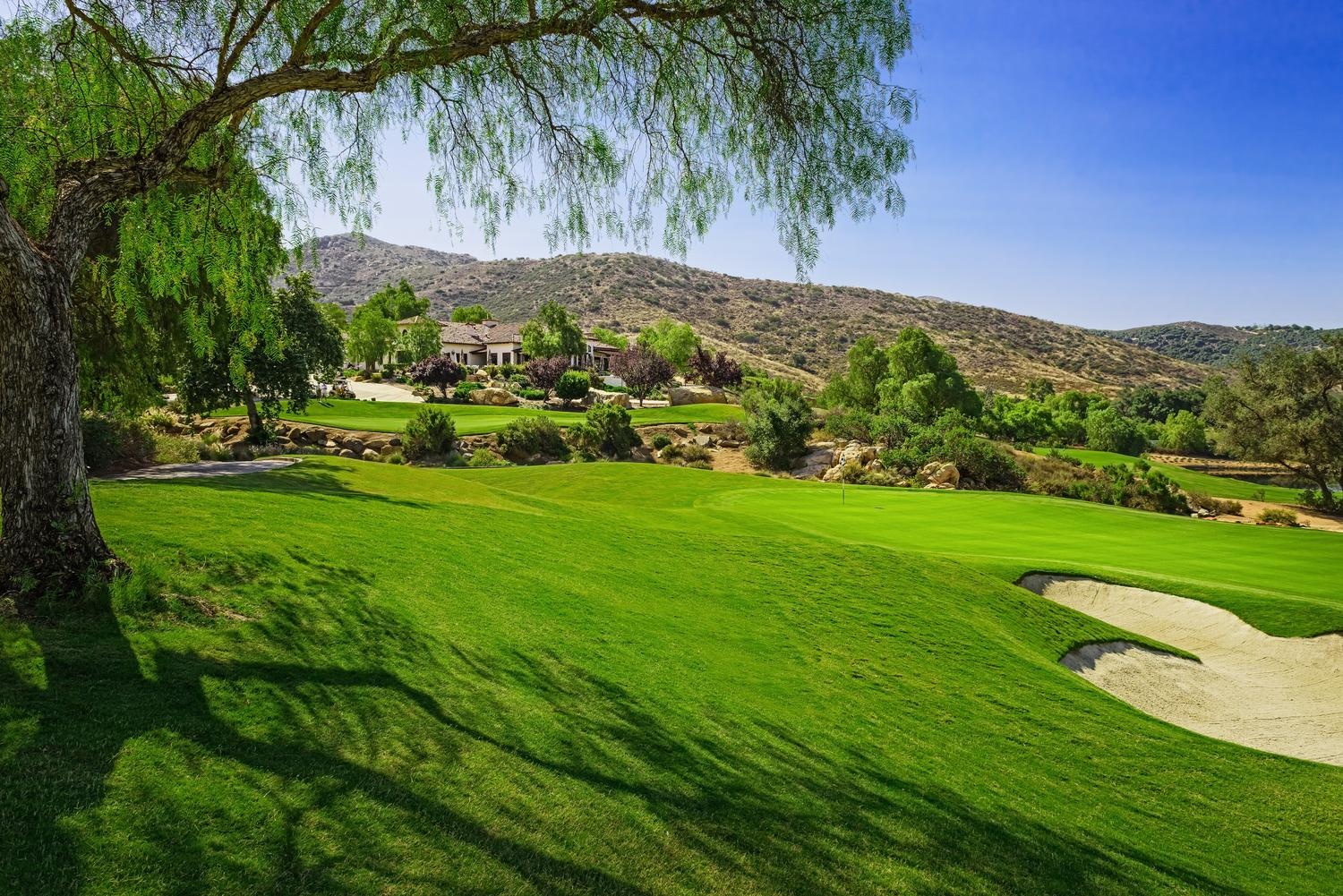 Hole 18 with clubhouse resize.jpg