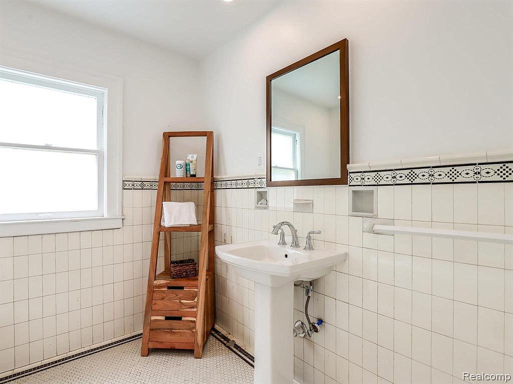 2915 Seminole Upstairs Bath2.jpg