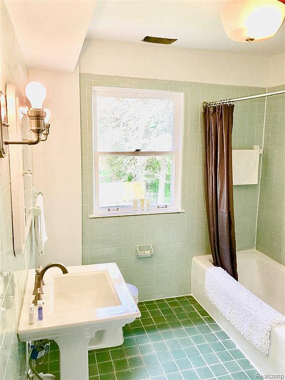 2224 W Boston Bathroom.jpg