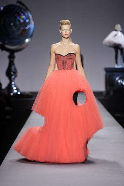 Kasia, Viktor&Rolf Ready-To-Wear Spring/Summer 2010, Cutting Edge Couture Image Credit: Team Peter Stigter