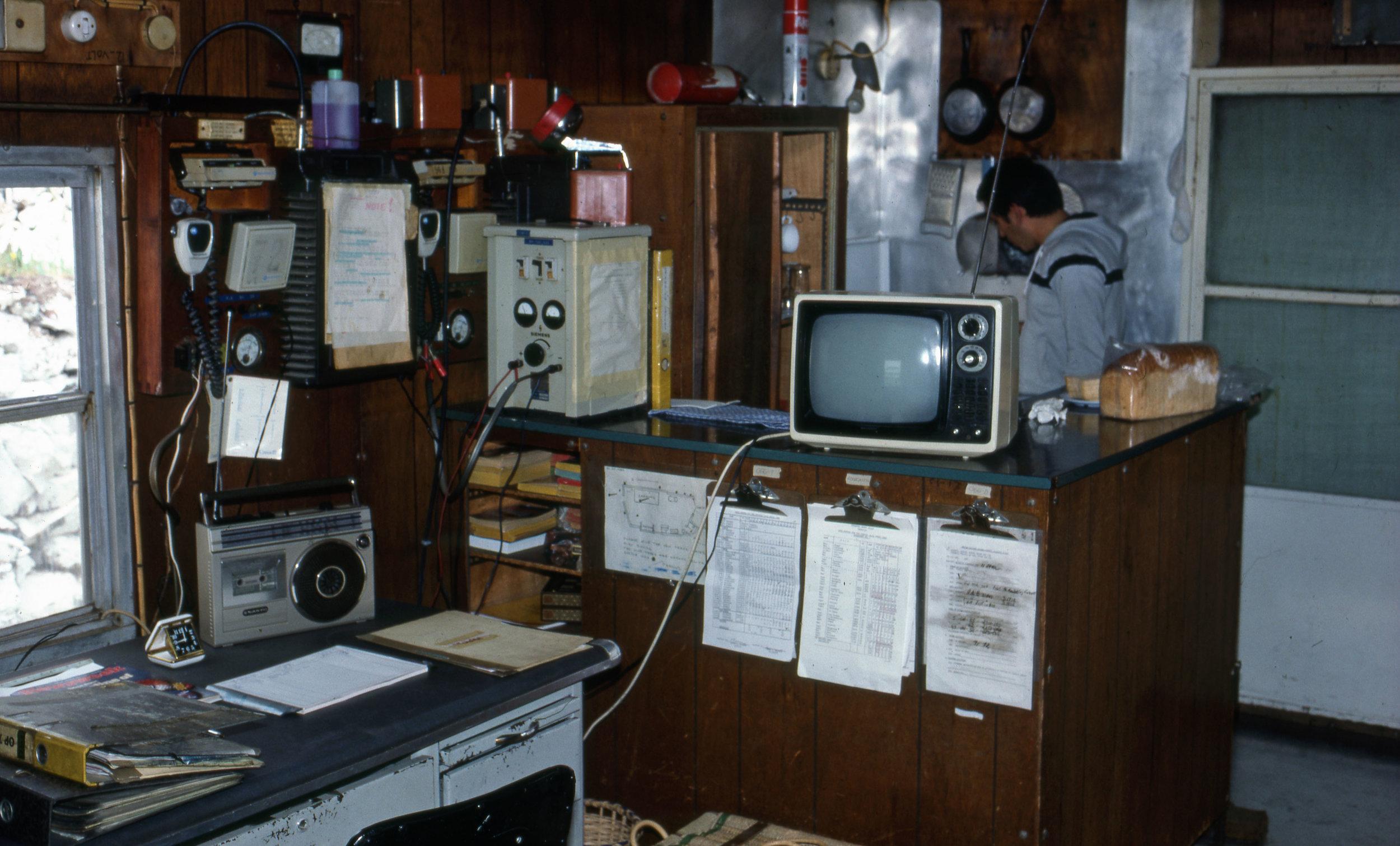 Min förste senior. Den Chilenske kaptenen vid flygvapnet Pablo Morales. Här finns vårt kontor med radio och TV.