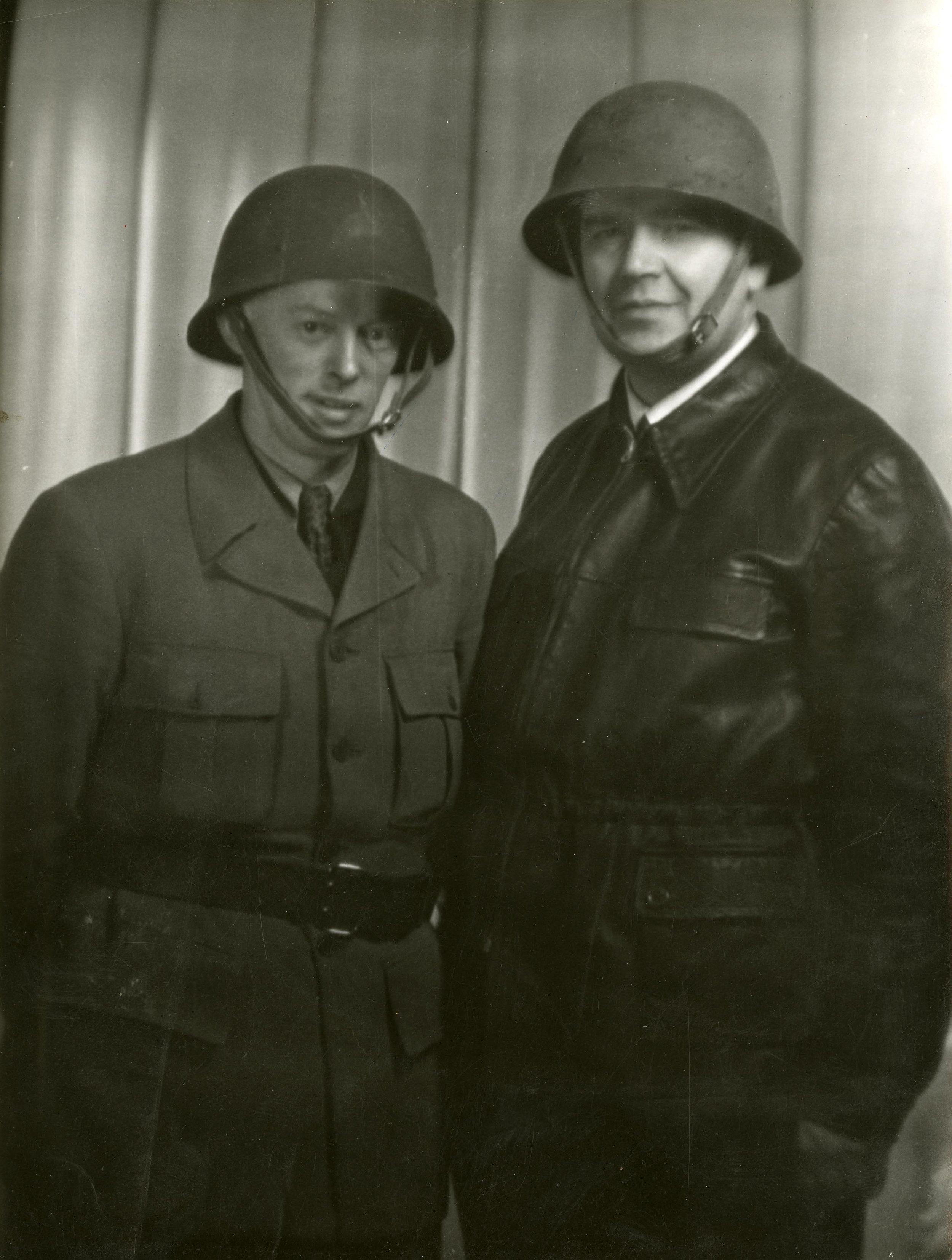 Gösta Lundin till höger bredvid sin chaufför Hansen. Ur Gösta Lundins arkiv