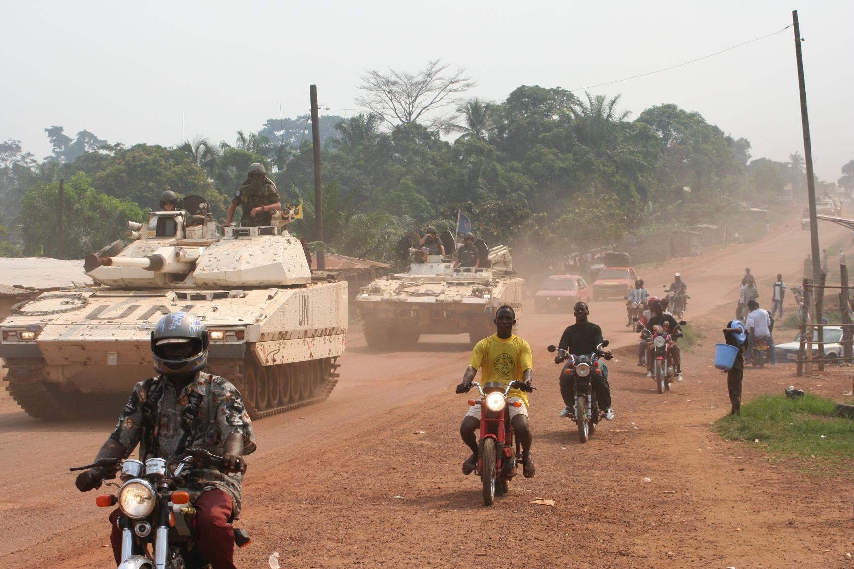 Svenska stridsfordon på väg in mot Ghanta, Nimba County, Liberia  /foto: Mattias Wandler