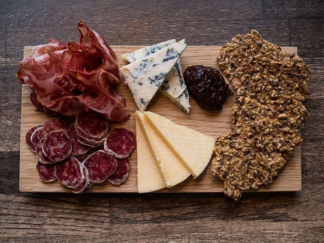 Vähän snackii oluen kylkeen, sillä juustot ja leikkeleet toimivat erinomaisena vastapainona oluille!  Oikein valitusta oluesta löytyy kaikki vastamaut juustolle: oluen maltaisuus tasapainoittaa juuston suolaisuutta ja kevyt karvaus leikkaa juustojen tuhtia makua. Oluen sisältämä hiilidioksidi puhdistaa myös suun juuston jättämästä rasvasta, jolloin juusto maistuu hieman kevyemmältä. Eikun maistelemaan!🧀 #bierbierhelsinki