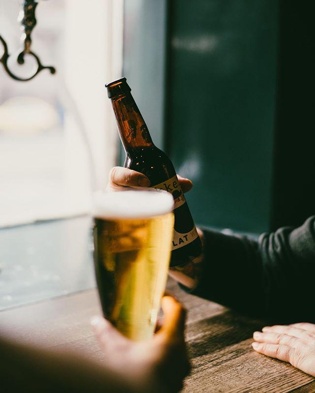 Maistuisiko tänään janonsammuttaja kategoriasta Fresh & Crispy, raskaampi maku kohdasta Dark & Roaster vai peräti uusi tuttavuus listalta Sour & Strange? Bier-Bierissa oluet on jaoteltu kuvailevien kategorioiden alle, jotta laajasta valikoimasta olisi helppo löytää jokaiseen hetkeen sopiva ratkaisu🍺  Millainen fiilis sulla on tänään?😋#bierbierhelsinki