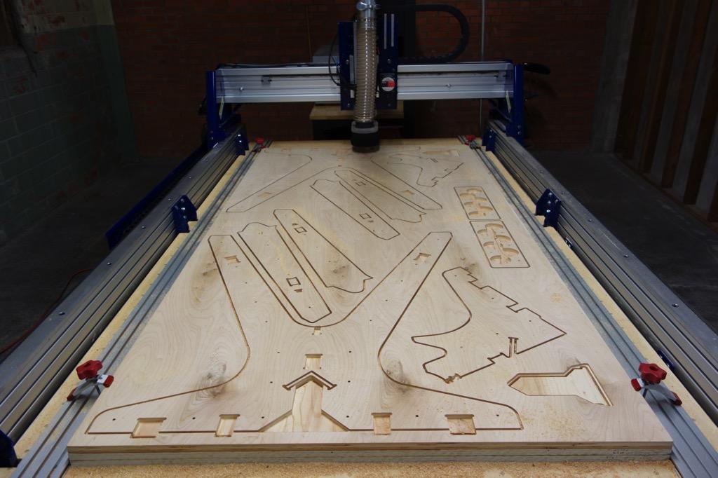 Escritorio de Open Desk en proceso de fabricación con cortadora CNC