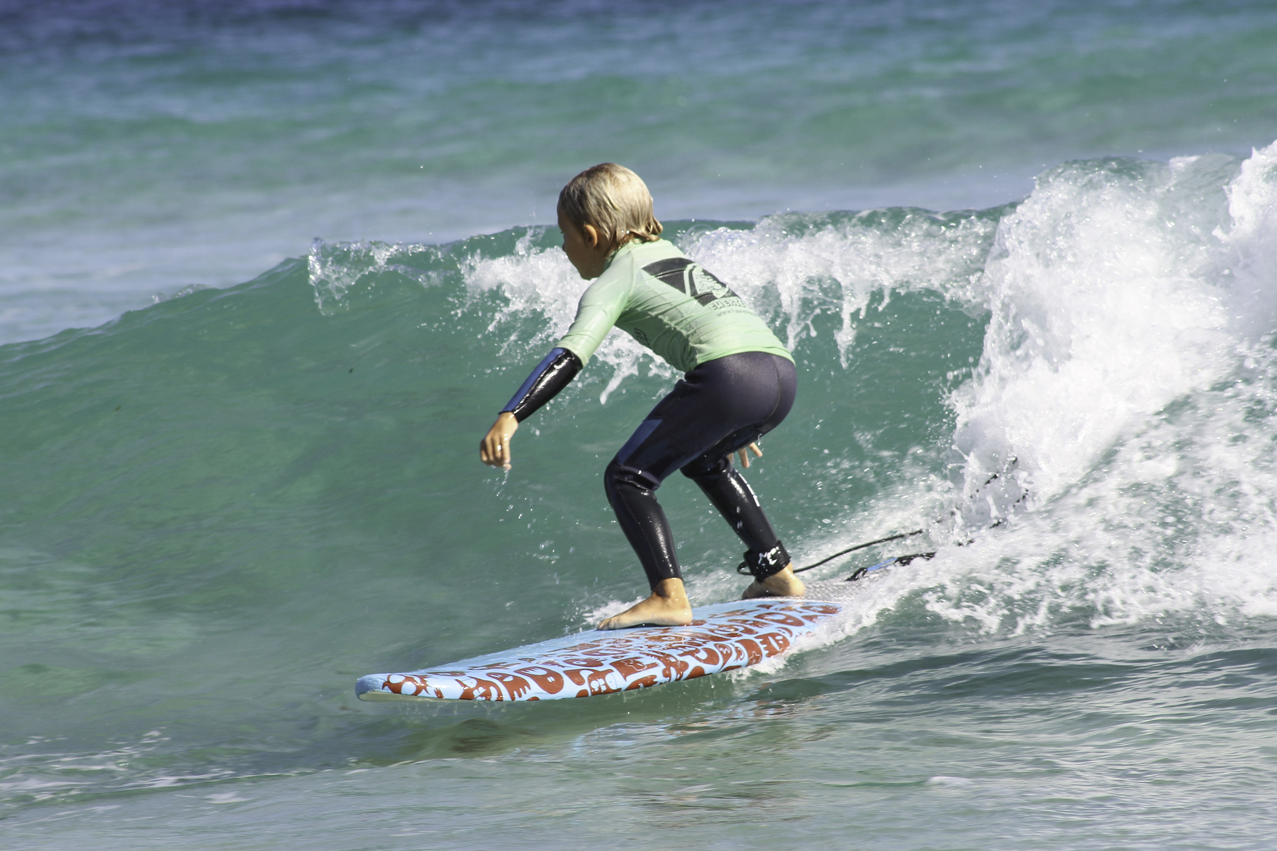 Fuerte tribu surf niños