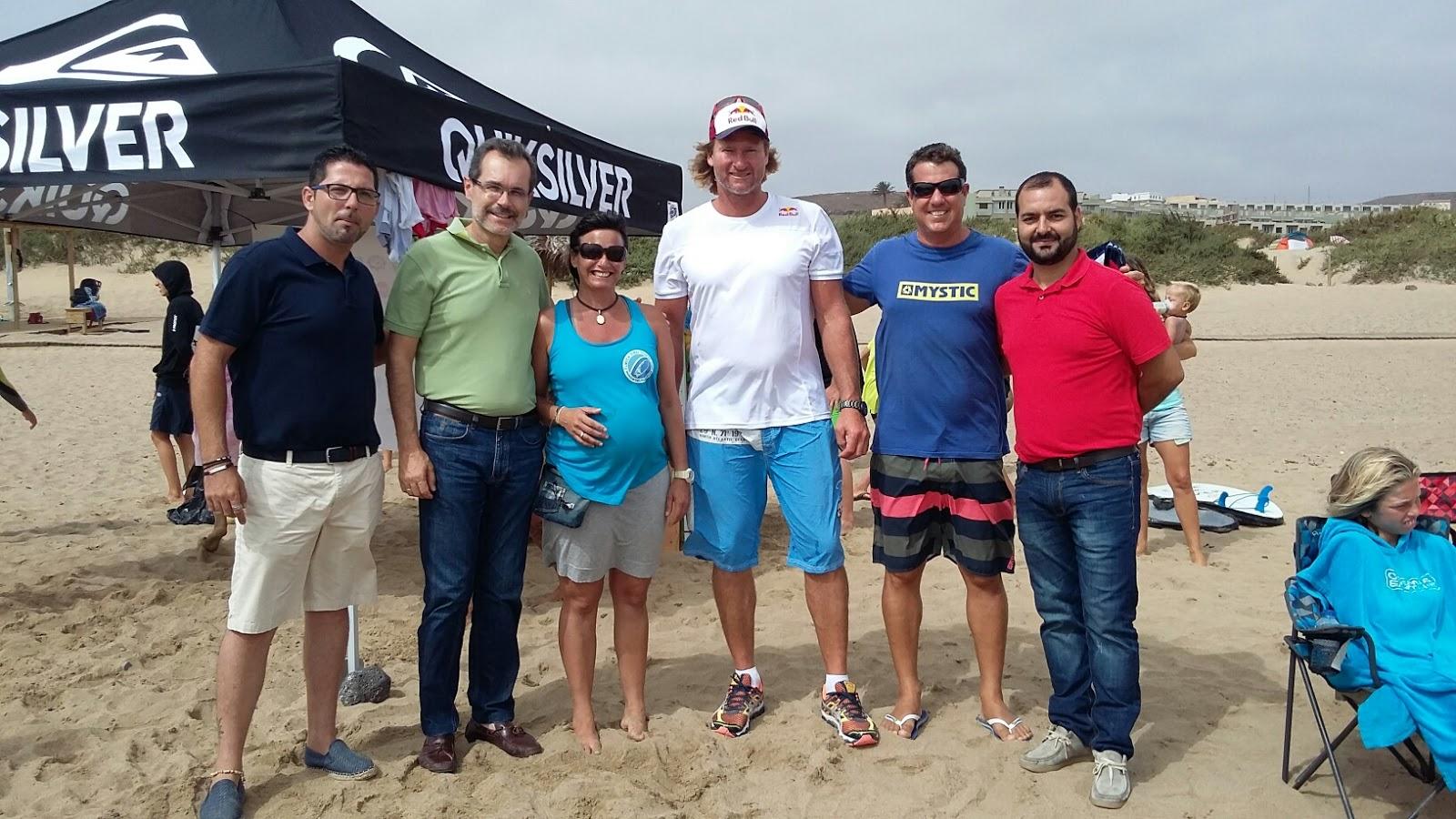 Representantes de las instituciones gubernamentales de Fuerteventura en el campeonato de surf