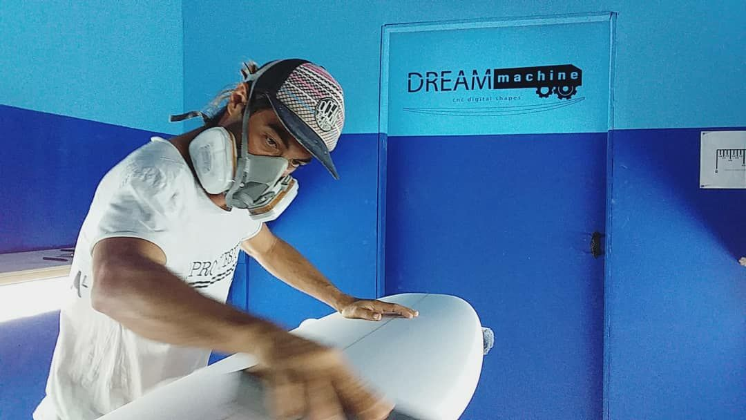 Leo at Dream Machine surfboards | Club de surf Fuerte Tribu