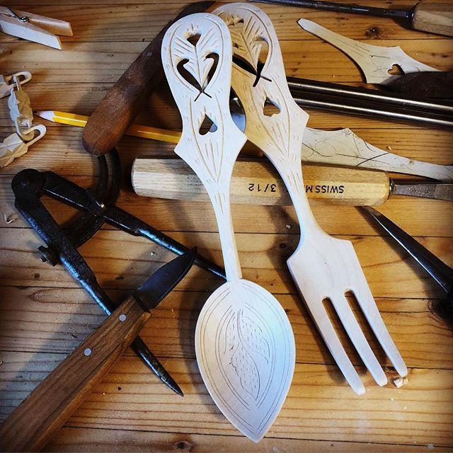 To av vikuas prosjekt klare: Salatbestikk og høvelhylle✌🏻#treskjæring #woodworking #spooncarving #woodcarving #stanley #axminster #veritas #spikking #verksted #workshop