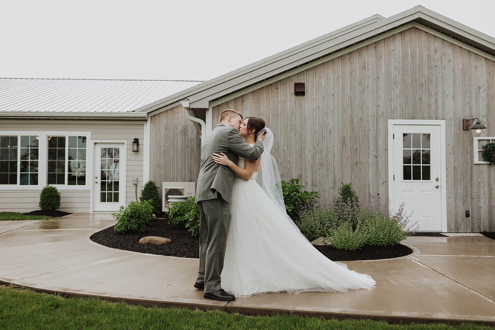 Kendra_and_Mattew_Indiana_Wedding_by_Emily_Wehner-206.jpg
