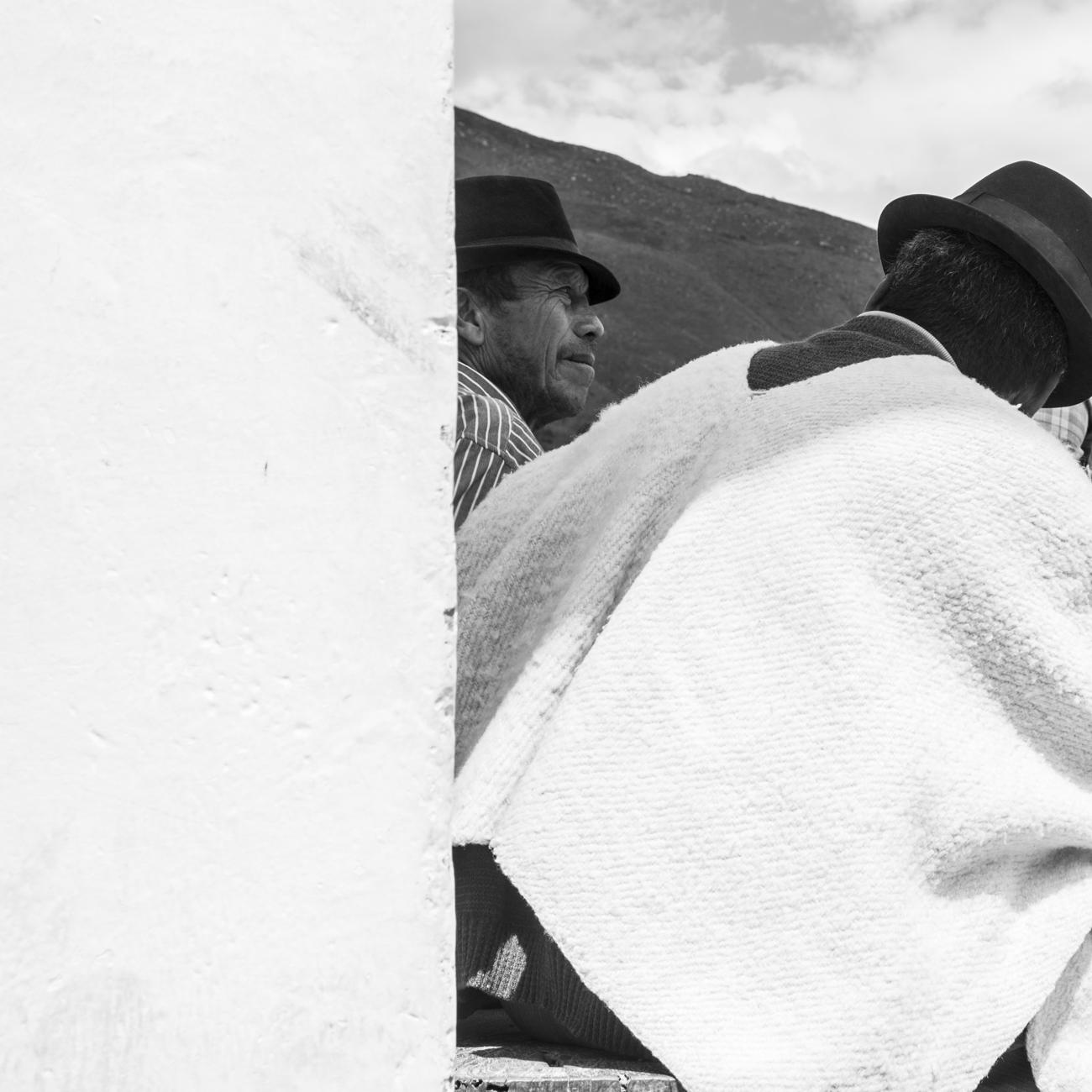 """La Villa. Estos pueblitos con sus """"centros históricos"""" recuerdan la existencia de rostros del otro lado, para unos y otros, turistas citadinos y campesinos. Fronteras entre lo urbano y lo rural.¿Invasión o encuentro? Cómo nos miran, cómo los miramos (Villa de Leyva, Colombia, 2014)."""