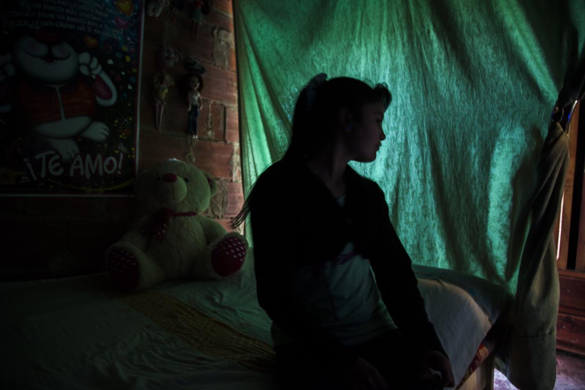 Diseño de interiores.    Barrio Paraíso -Ciudad Bolívar, Bogotá(2013-2014).   Dignidad, esperanza y decoración en medio de la precariedad. Las aspiraciones humanas básicas son universales, los espacios habitados son un indicio: La frágil privacidad de las habitaciones, la ropa limpia, una cruz a la que aferrarse, mascotas para consentir y alimentar, adheridos a paredes reconocimientos escolares de los hijos, tarjetas de amor y fotos familiares. La particularidad de estos espacios es la predominante ausencia de los padres, son las madres cabeza de familia y sus hijos la fibra del tejido social de Paraíso.
