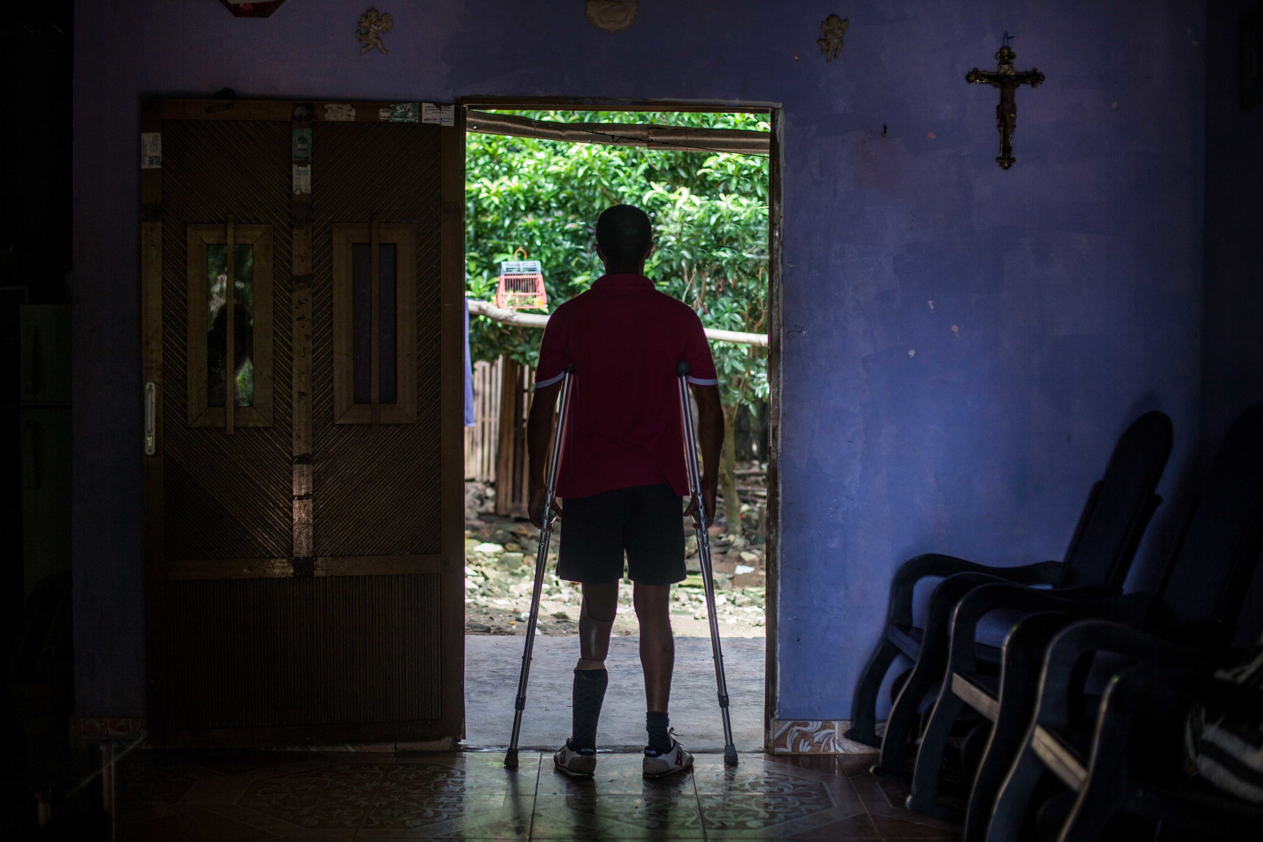 After 20 years since Ismael Mena suffered mutilation of his left leg after stepping on a land mine, tears still well up from his eyes when he recalls that day. Ismael says that he has forgiven and feels peacefully thanks to the support of God and his wife. (San Antero, Colombia, 2016).