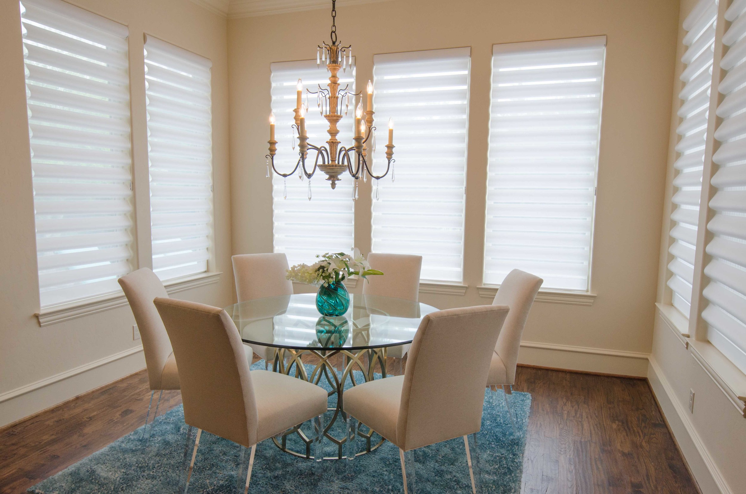 Light and bright dining room with turquoise accents