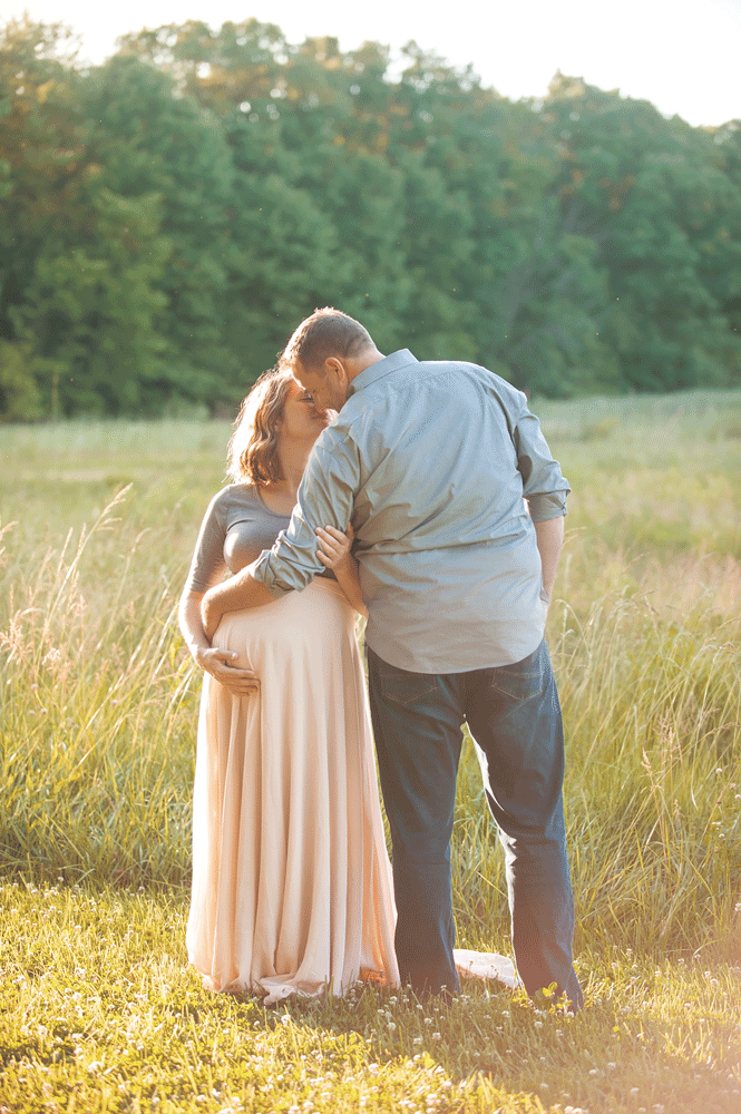maternity-photo-in-field-glowy-look-columbus-ohio.png