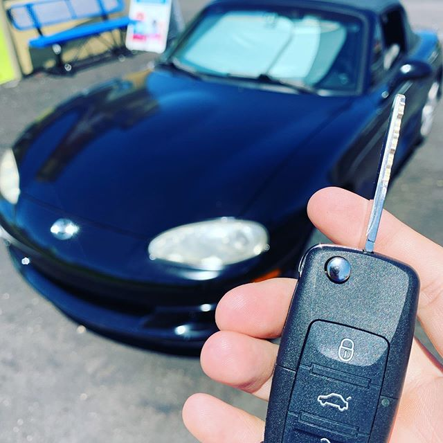 Programming a Mazda Miata key remote. #mazda #miata #keys #awesome #savemoney