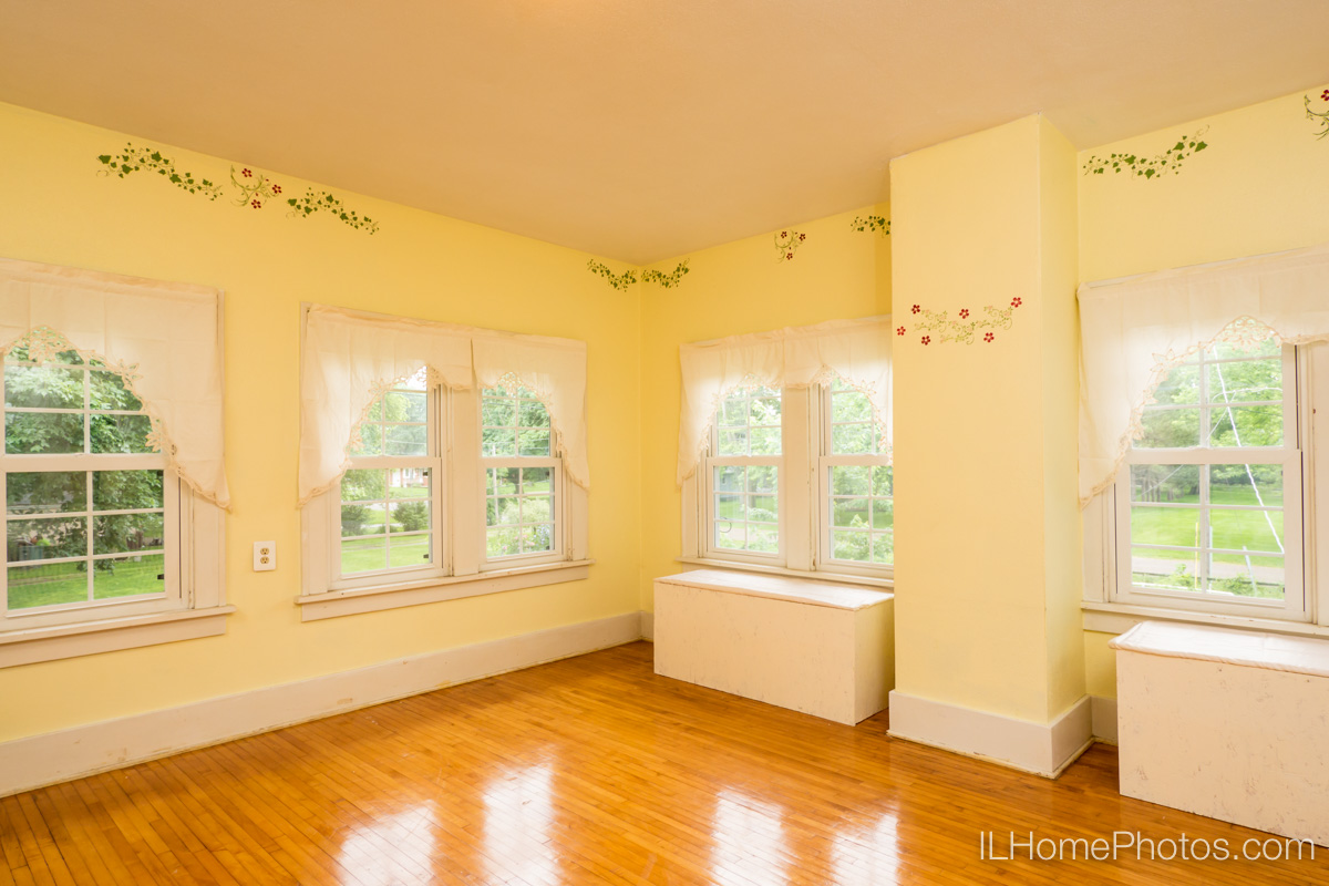 Interior sun room photograph for real estate in Delavan, IL :: Illinois Home Photography by Michael Gowin, Lincoln, IL