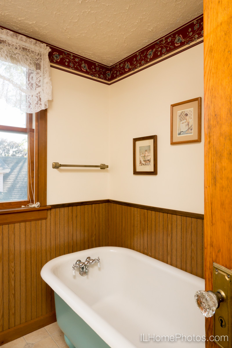 Interior bathroom photograph for real estate in Bloomington, IL :: Illinois Home Photography by Michael Gowin, Lincoln, IL