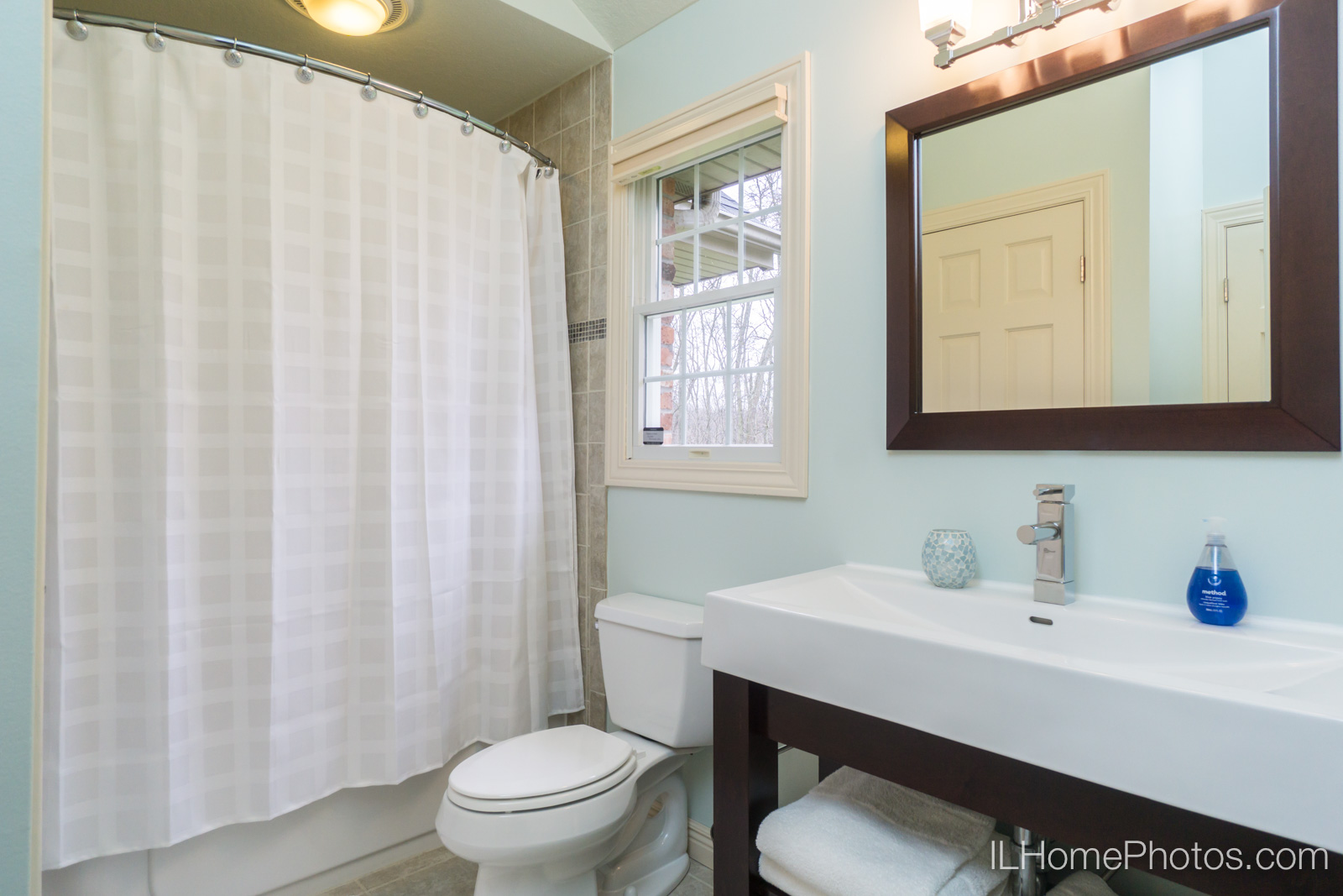 Interior bathroom photograph for real estate :: Illinois Home Photography by Michael Gowin, Lincoln, IL