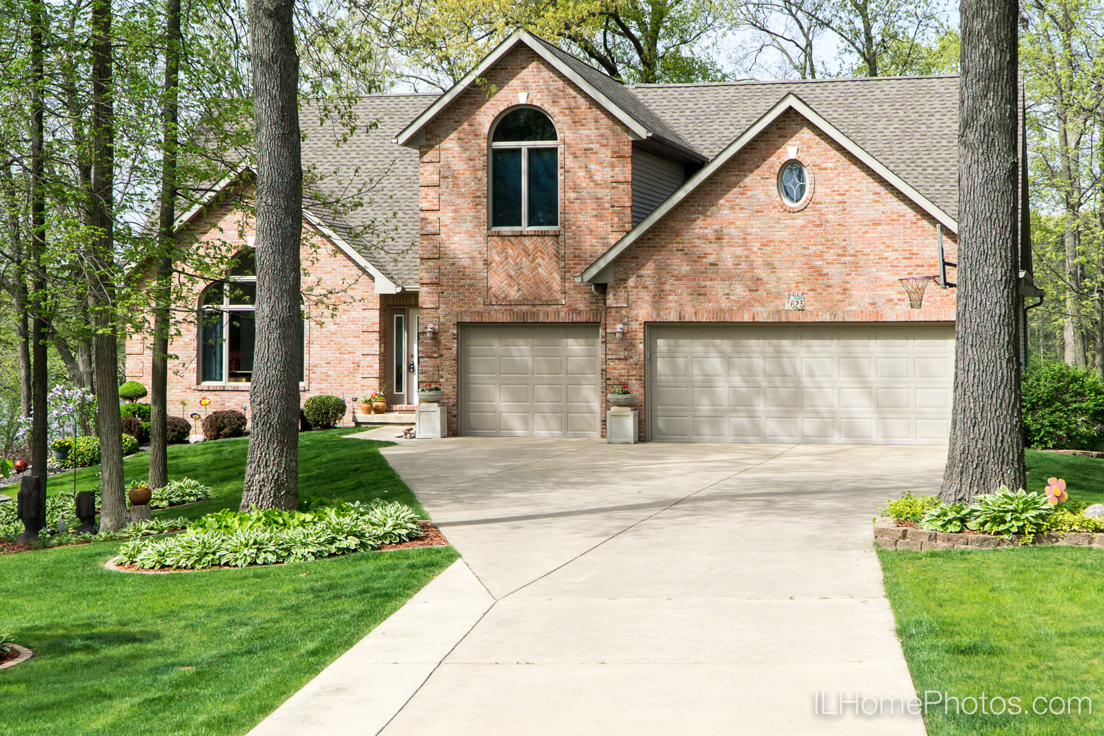 Exterior home photograph for real estate in Pekin/Peoria :: Illinois Home Photography by Michael Gowin, Lincoln, IL