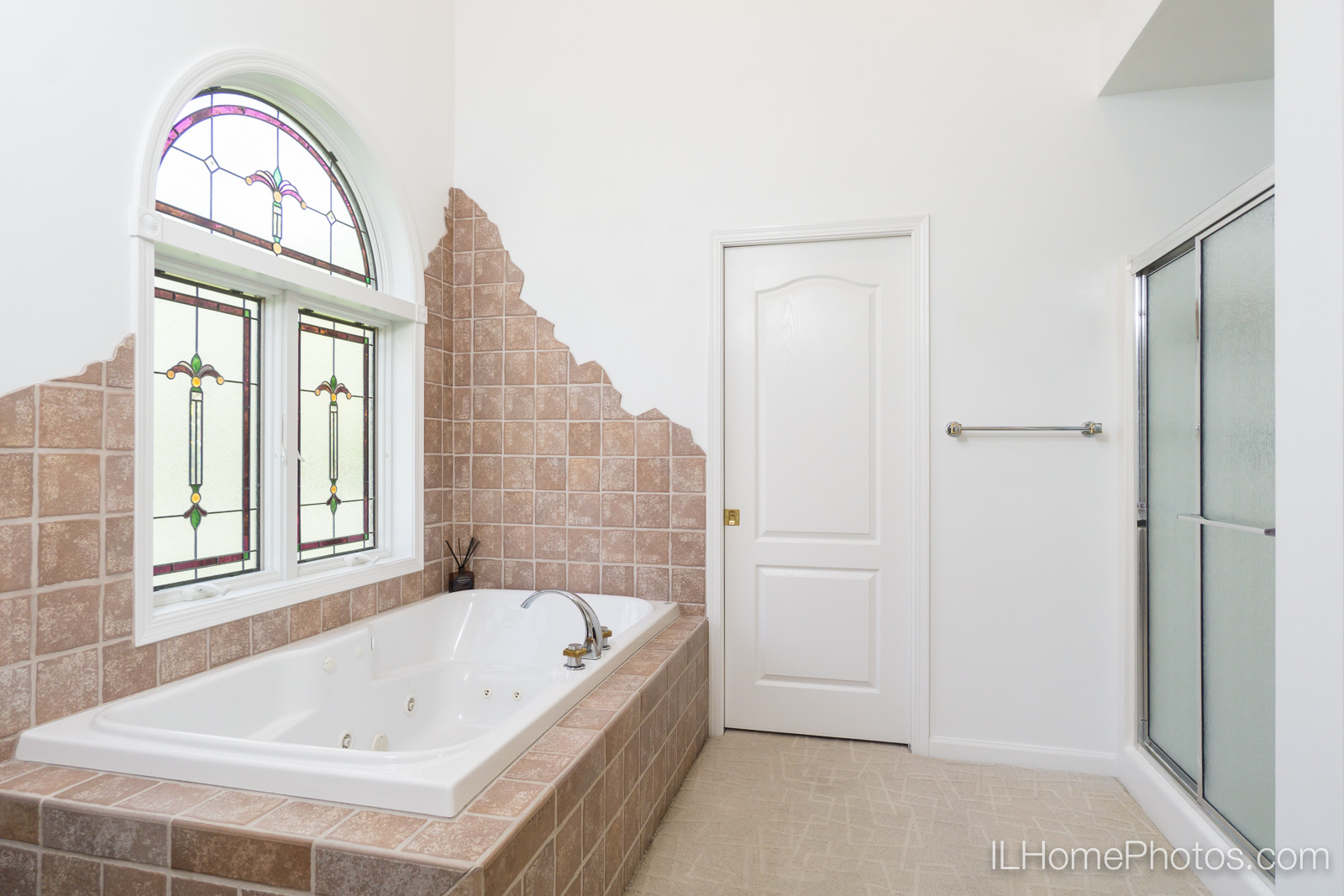 Interior master bathroom photograph for real estate in Pekin/Peoria :: Illinois Home Photography by Michael Gowin, Lincoln, IL